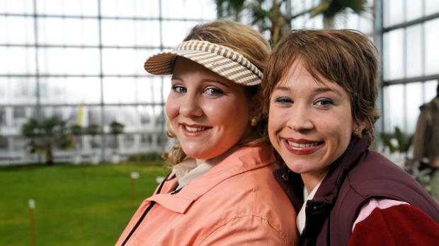 Der Vorteil beim Golf: Man (Mackie Heilmann, l.; Sabine Menne, r.) trifft int...