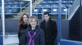 Unforgettable - Versuchen, den Tod des Bankdirektors Jason Kubiak aufzuklären: Carrie (Poppy Montgomery, l.), Joanne Webster (Jane Curtin, M.) und Al (Dylan Walsh, r.) ... © 2011 CBS Broadcasting Inc. All Rights Reserved.