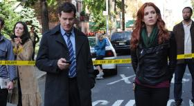 Unforgettable - Gemeinsam machen sie sich auf die Suche nach dem Mörder, der jungen Pflichtverteidigerin Mary Hanson: Carrie (Poppy Montgomery, r.) und Al (Dylan Walsh, l.) ... © 2011 CBS Broadcasting Inc. All Rights Reserved.