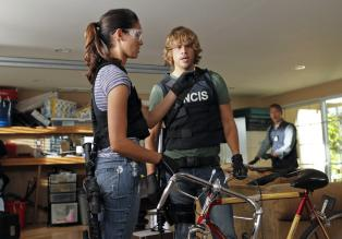 Navy CIS: L.A. - Bei den Ermittlungen: Kensi (Daniela Ruah, l.) und Deeks (Eric Christian Olsen, r.) ...  CBS Studios Inc. All Rights Reserved.