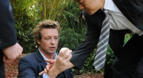 Geschickt versucht Patrick (Simon Baker, l.) mit Hilfe von Kimbal (Tim Kang, r.) und den restlichen Kollegen einen neuen Mordfall zu lsen ...  Warner Bros. Television