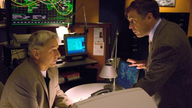 Weiß Ted Bankston (David Eigenberg, r.) mehr, als er zugibt? Gibbs (Mark Harm...