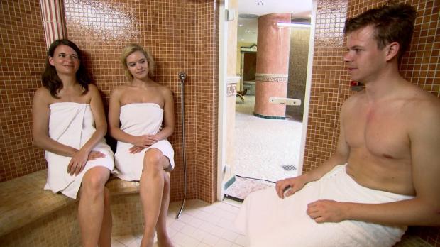 Nadja (l.) und Marina (M.) treffen sich in der Sauna, wo die beiden Single-Fr...