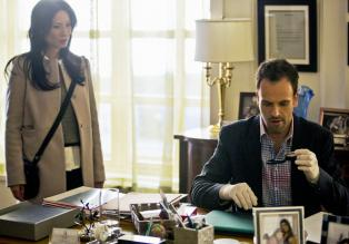 Elementary - Ermitteln in einem neuen Fall: Sherlock Holmes (Jonny Lee Miller, r.) und Dr. Joan Watson (Lucy Liu, l.) ...  Tom Concordia CBS Television