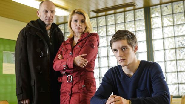 Als der 16-jährige Daniel (Jonas Nay, r.) als Hauptverdächtiger im Mordfall d...