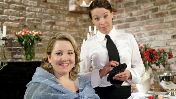 Sowohl die Kellnerin (Sabine Menne, r.) als auch der Restaurantgast (Mackie H...