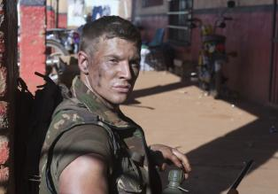 Sniper: Reloaded - Marine Sergeant Brandon Beckett (Chad Michael Collins) steht vor einem blutigem Rtsel ...  2011 Sony Pictures Television Inc. All Rights Reserved.