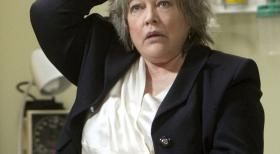 Harry's Law - Harriet Korn (Kathy Bates), seit 32 Jahren Patentanwltin, kommt zu der Erkenntnis, dass sie damit nicht lnger ihre Zeit verschwenden will. Ihre Entlassung kommt ihr daher nur entgegen ...  Warner Bros. Television