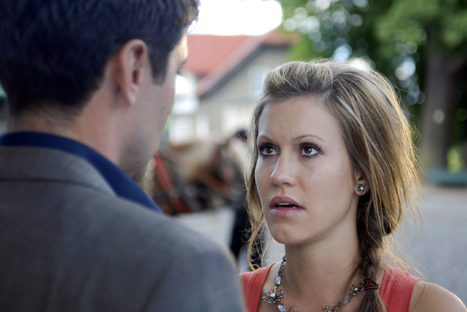 Frederik (Oliver Bootz, l.) erwartet eine Erklärung zu ihr und Tom. Noch nie in seinem Leben hat ihn jemand so enttäuscht wie Jackie. - c910d5cb29d9a141cb0bdc71be1ac23d-original