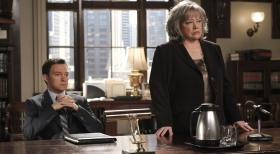 Harry's Law - Ein neuer Fall beschftigt Harriet (Kathy Bates, r.) und Adam (Nathan Corddry, l.) ...  Warner Bros. Television