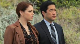 The Mentalist - Bei den Ermittlungen: Grace (Amanda Righetti, l.) und Kimball (Tim Kang, r.) ...  Warner Bros. Television