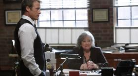 Harry's Law - Der Fall um Eric Sanders beschäftigt Harry (Kathy Bates, r.) und Oliver (Mark Valley, l.) ... © Warner Bros. Television