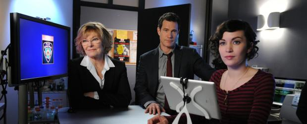Unforgettable - Versuchen, einen neuen Fall zu lösen: Tanya (Britt Lower, r.), Joanne Webster (Jane Curtin, l.) und Al (Dylan Walsh, M.) ... © 2011 CBS Broadcasting Inc. All Rights Reserved.