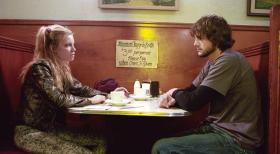 The Butterfly Effect - Als Evan (Ashton Kutcher, r.) seine Vergangenheit aufzuarbeiten versucht, besucht er seine Jugendfreundin Kayleigh (Amy Smart, l.), die mittlerweile ein trostloses Leben als einfache Kellnerin fhrt ...  Warner Brothers