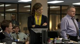 Common Law - Whrend Dr. Ryan (Sonya Walger, 2.v.r.) Travis und Wes (Warren Kole, l.) einen Tag bei der Arbeit begleitet, versuchen diese, gemeinsam mit Phil Sutton (Jack McGee, r.) einen Mordfall aufzudecken ...  2012 USA Network Media, LLC