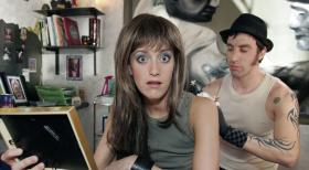 Two Funny - Die Sketch Comedy - Ihr (Judith Richter, l.) Tattoo hat jetzt echt lange gedauert. Aber dafr hat er (Alexander Schubert, r.) ihr auch einen Spitzenpreis gemacht! Doch wofr gab es den grozgigen Erlass ...?  Noreen Flynn Sat.1