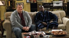 Mike & Molly - Gute Freunde: Mike (Billy Gardell, l.) und Carl (Reno Wilson, r.) ... © Warner Bros. Television