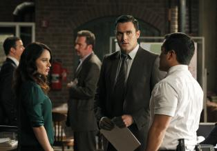 The Mentalist - Machen sich auf die Suche nach Patrick Jane: Teresa Lisbon (Robin Tunney, l.), Wayne Rigsby (Owain Yeoman, M.) und Kimball Cho (Tim Kang, r.) ...  Warner Bros. Television