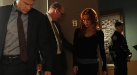 Unforgettable - Müssen einen Mordfall aufklären: Carrie (Poppy Montgomery, 2.v.r.), Al (Dylan Walsh, l.) und Mike (Michael Gaston, 2.v.l.) ... © 2011 CBS Broadcasting Inc. All Rights Reserved.